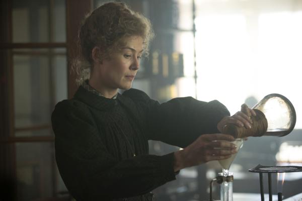 Frau hantiert mit einem Glaskolben
