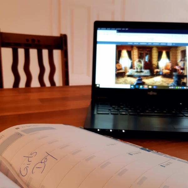 Laptop und Kalender auf dem der Girls'Day eingetragen ist