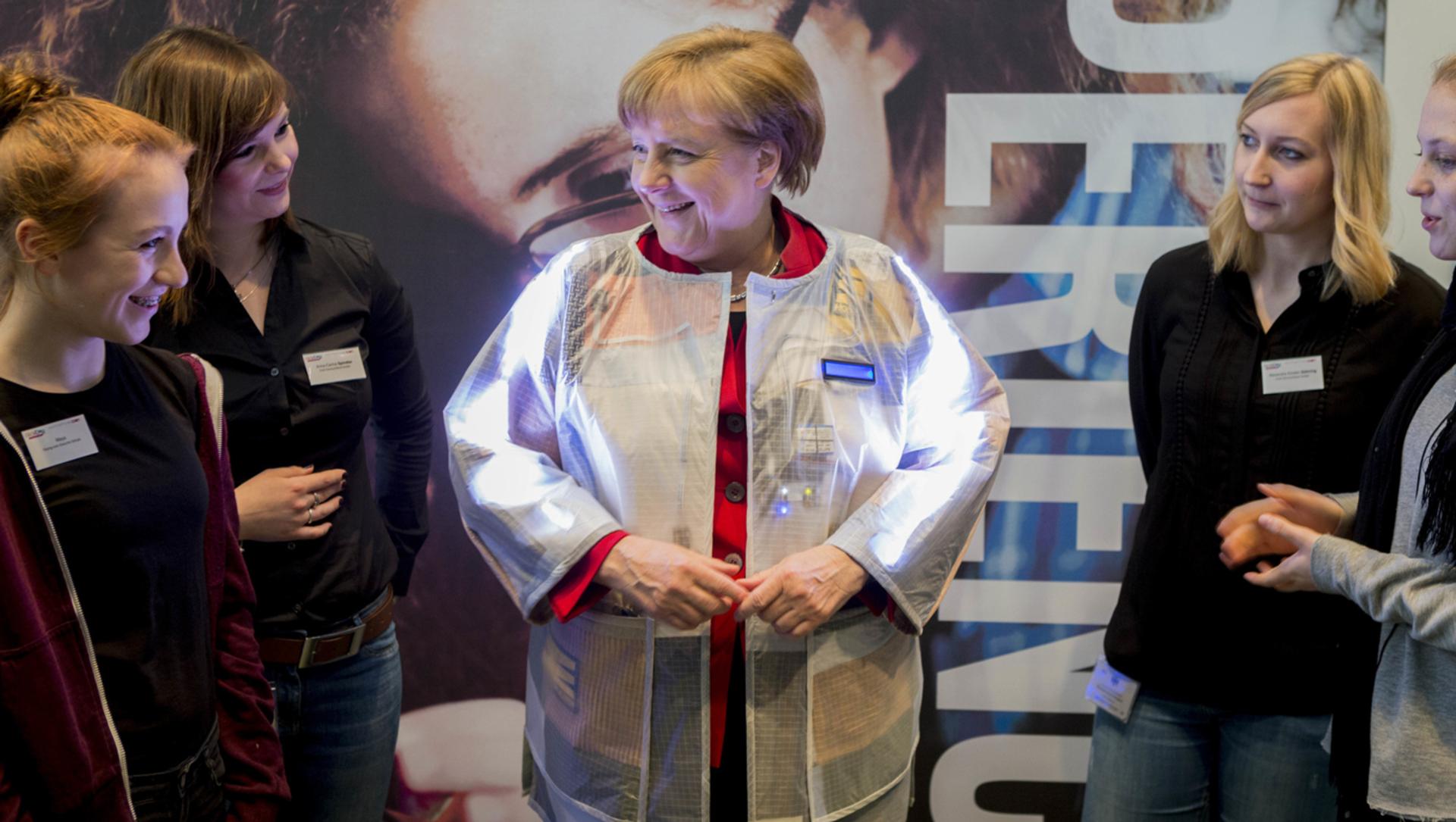 Bundeskanzlerin Angela Merkel mit jungen Frauen beim Girls'Day-Auftakt