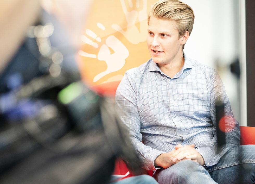 Jonas Hoff spricht beim Sofatalk über sein Wunschstudium Soziale Arbeit.
