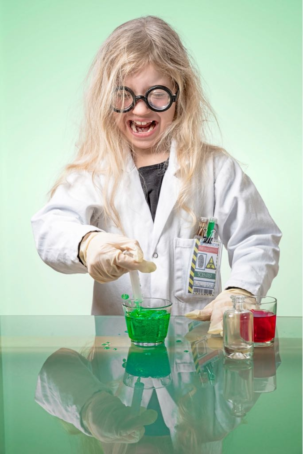 Mädchen mit dicker Brille bei Chemieexperimenten