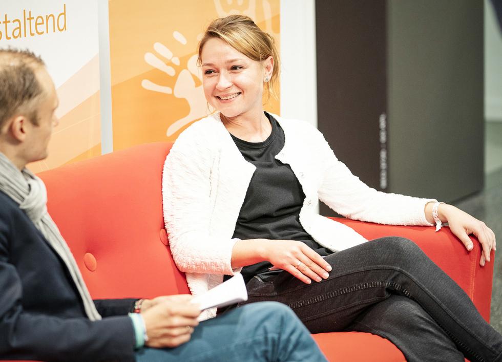 Auch auf dem roten Sofa:Oleksandra Meier-Krukvon der WAVE Akademie für digitale Medien Berlin berichtet über ihr Projekt der Erstellung eines Hörspiels am Girls'Day 2019.