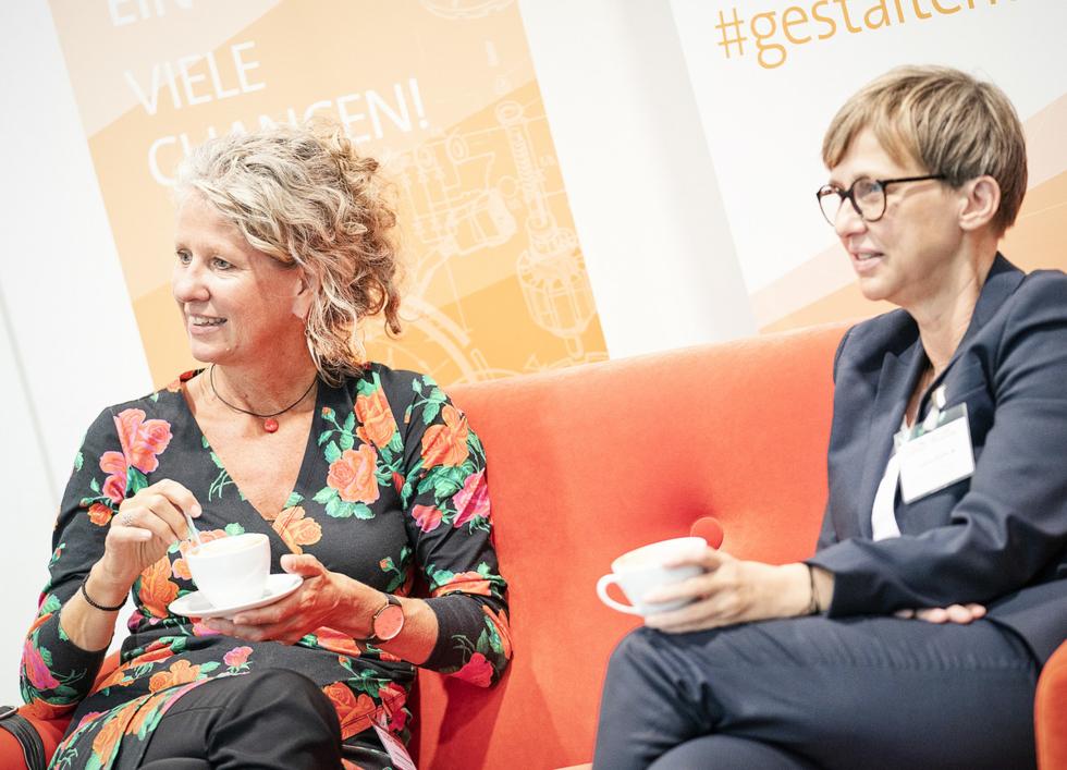 Das rote Sofa eignet sich natürlich auch für einen Kaffee zwischendurch: Andrea Köhnen vom Bundesfamilienministeriumund Sabine Mellies (rechts), Geschäftsführerin des Kompetenzzentrums.