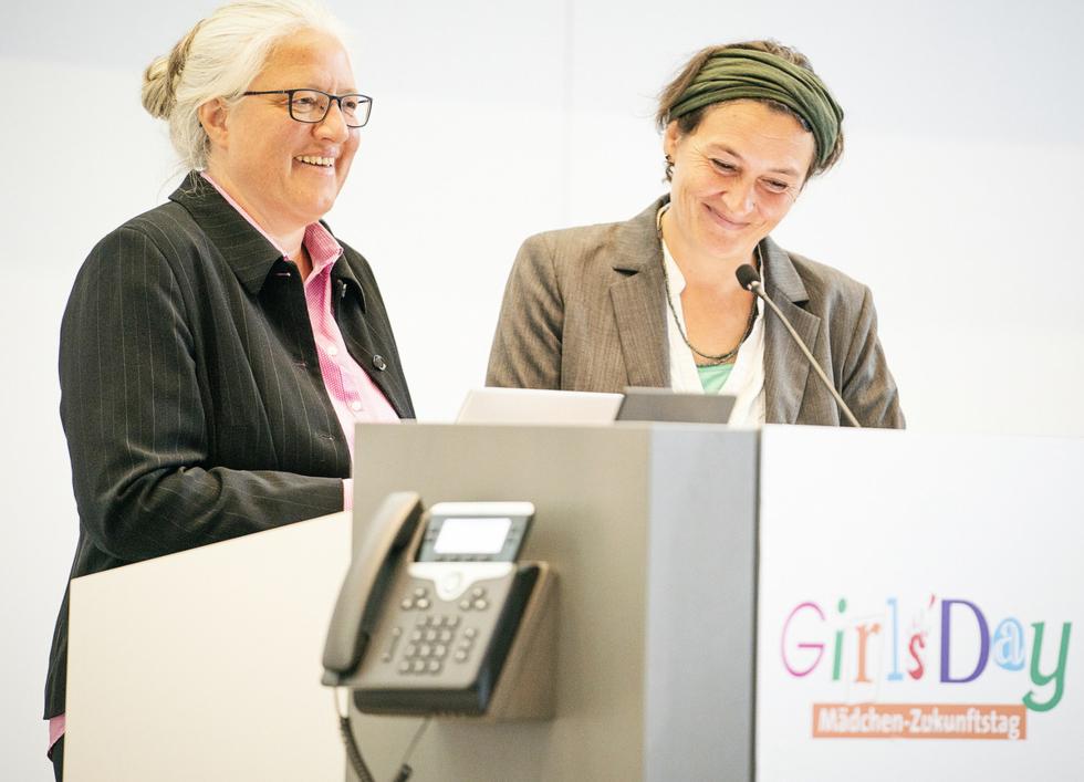 Wenka Wentzel und Lore Funk (rechts) vomKompetenzzentrumTechnik-Diversity-Chancengleichheit e. V. freuen sich, die neuenEvaluationsergebnisse der Aktionstage vorstellen zu dürfen.