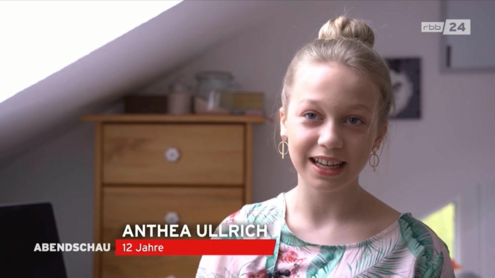 Mädchen spricht die Nachrichten im TV