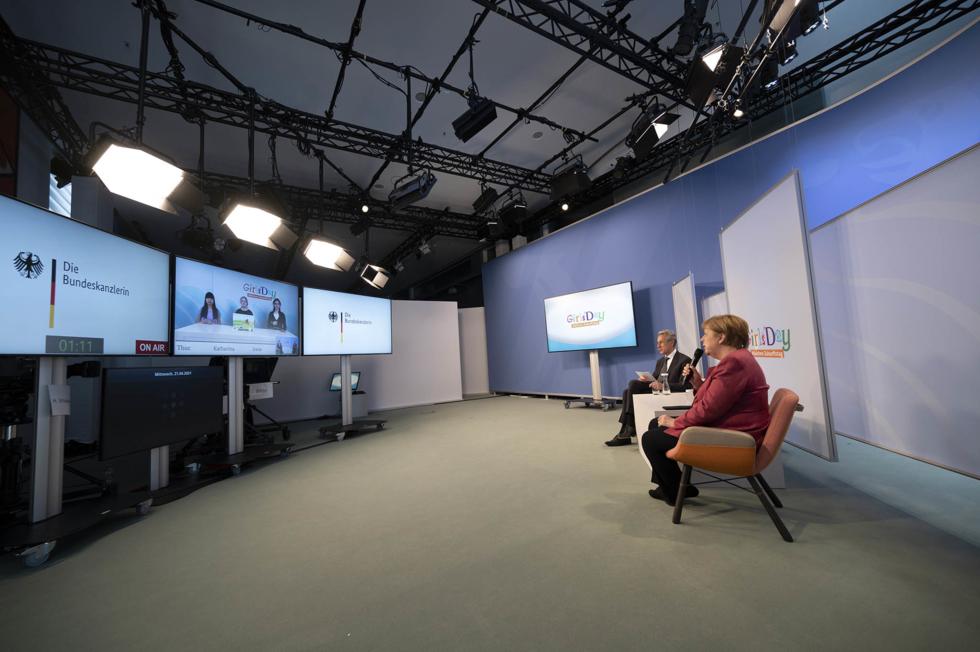 Bundeskanzlerin Angela Merkel im Studio der Videokonferenz
