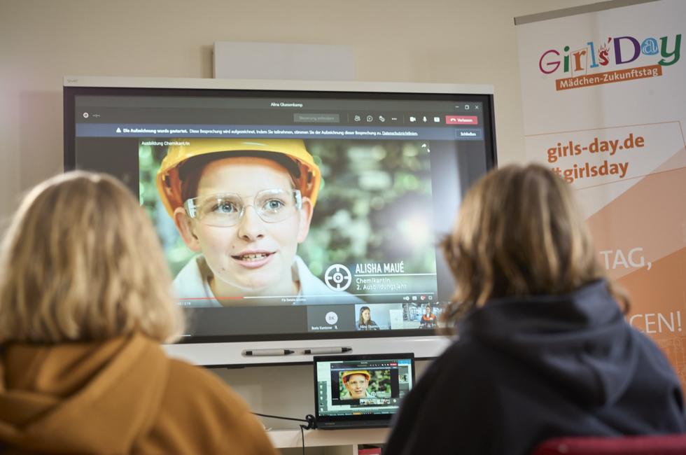 Zwei Mädchen vor einem Monitor