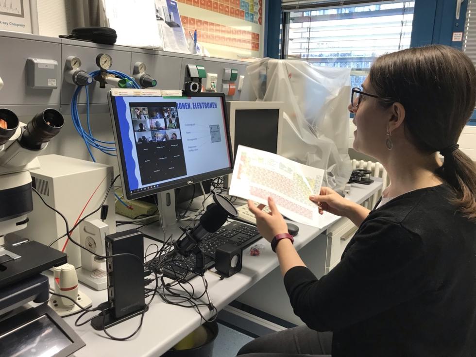 Wissenschaftlerin vor Computer