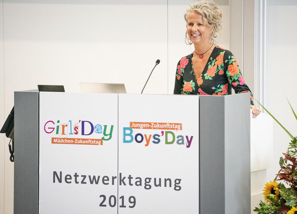Andrea Köhnen vom BMFSFJ begrüßt die Teilnehmenden der Tagung